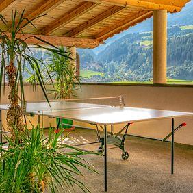Tischtennisplatte im überdachten Freizeitraum des Landhaus Sonnblick