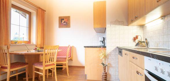 Wohnküche mit Küchenzeile und Sitzgelegenheit im Appartement Kreuzjoch